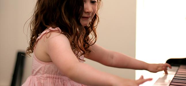Bật mí cho ba mẹ cách chọn và mua đàn piano cho bé