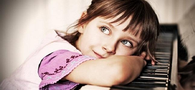 """Nên cho bé học piano từ mấy tuổi? Bí quyết """"gõ cửa"""" đúng giai đoạn vàng của trẻ"""