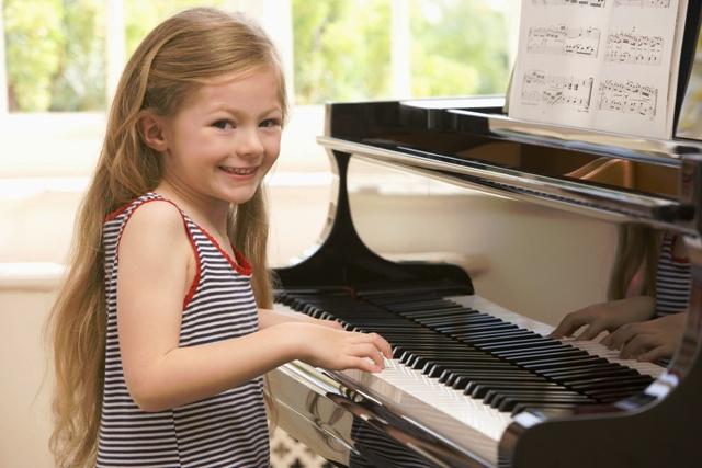 Hướng dẫn tư thế ngồi đàn piano cho bé chuẩn không cần chỉnh