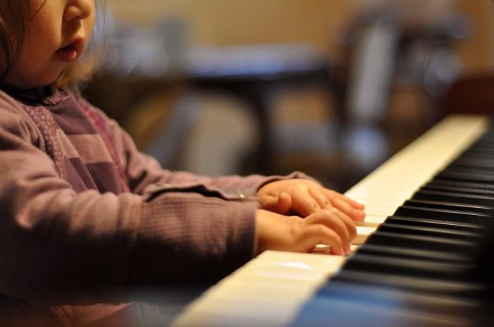Nên mua đàn piano cho bé loại nào cho hợp túi tiền?