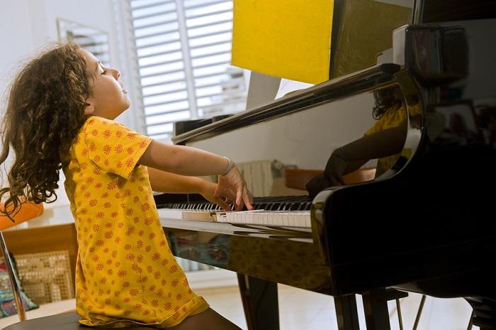 Dạy đàn Piano cho bé mang lại những lợi ích gì trong tương lai ?