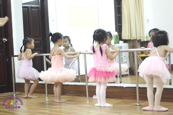 6 thế tay chân quan trọng trong múa ballet cơ bản khi học múa ở quận 9