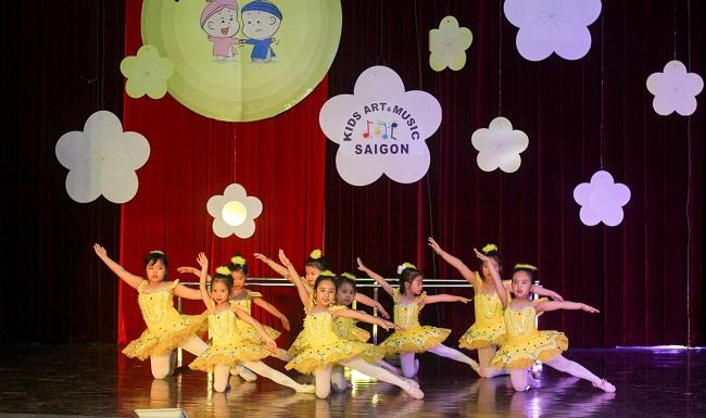 Hướng dẫn bé nhảy hiện đại đơn giản tại căn nhà thân yêu