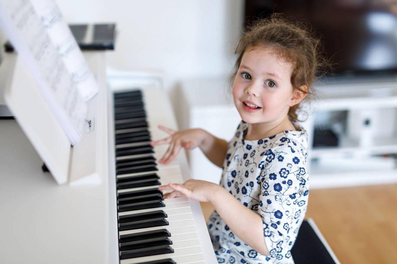 Hãy note lại những điều sau đây nếu bạn đang có ý định tuyển gia sư dạy đàn Piano cho con mình hình ảnh 2