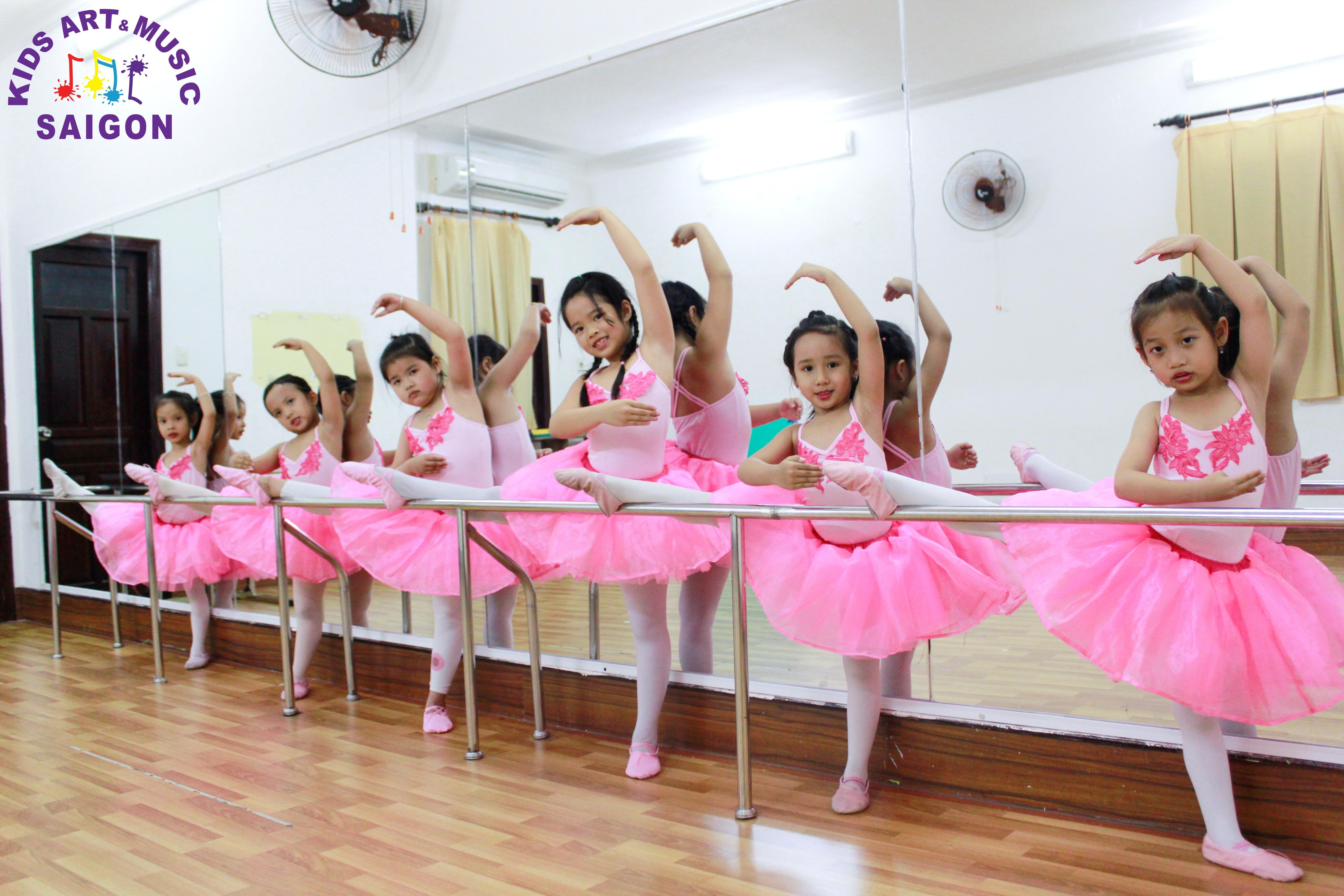 Những lợi ích bố mẹ không thể bỏ qua khi cho con học các bài múa về thầy cô ảnh 3
