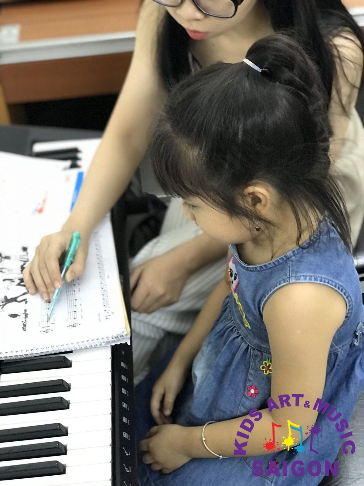 Trẻ học đàn Piano – làm thế nào để tạo hứng thú cho con khi học đàn?
