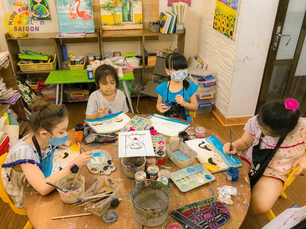 """Cùng ngắm nhìn những bức ảnh của các """"họa sĩ nhí"""" ở khóa học vẽ cho bé tại Kids Art & Music Sài Gòn"""