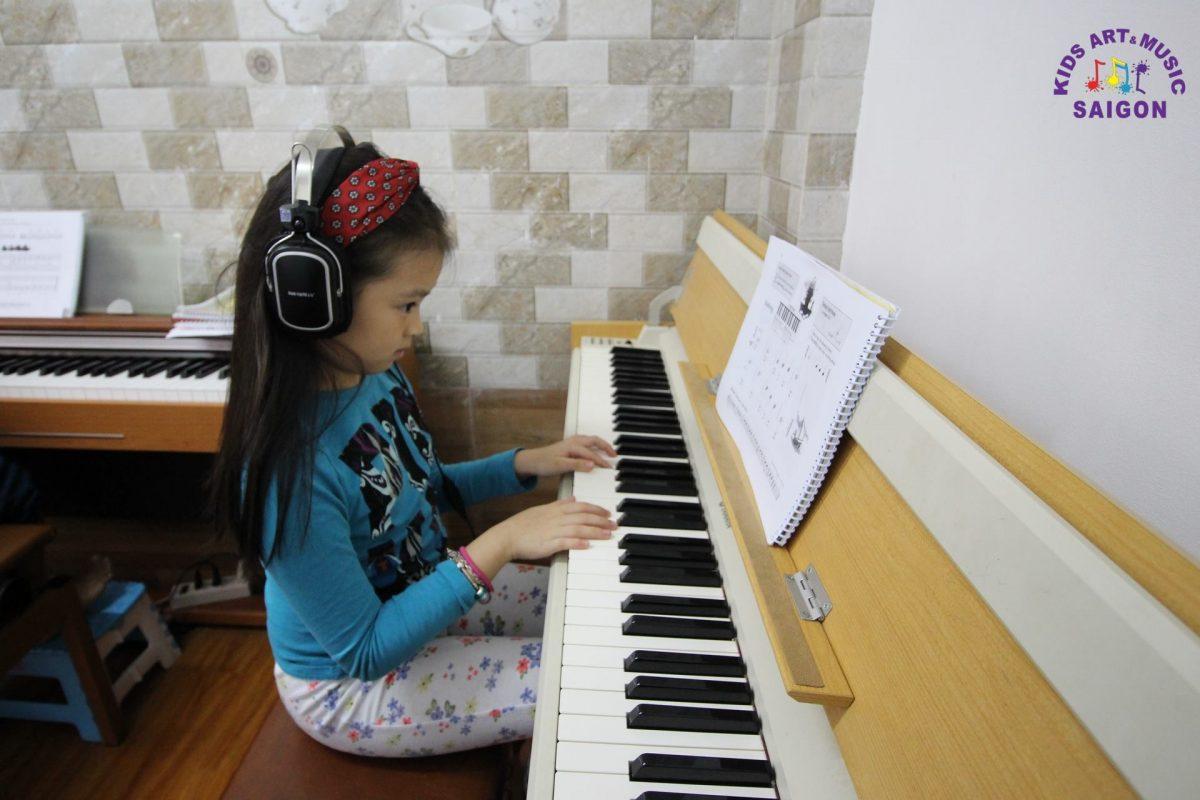 Có nên dạy đàn piano cho bé 5 tuổi?